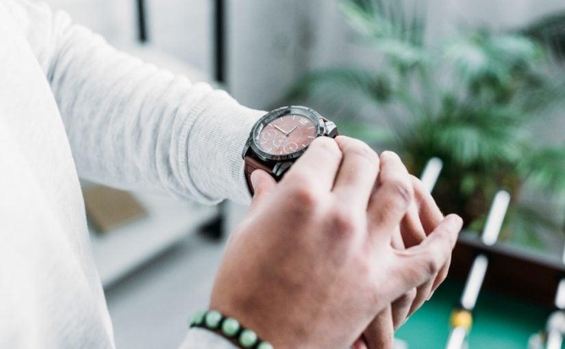 Mand der tjekker sit armbåndsur